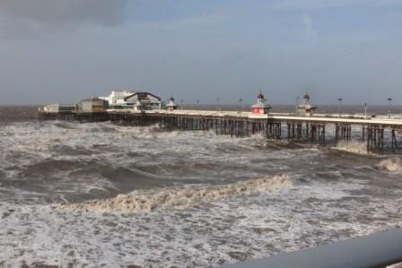 Un vent pas possible et des vagues énormes !