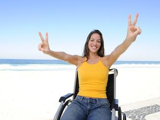 femme_en_fauteuil_roulant_sur_la_plage_heureuse