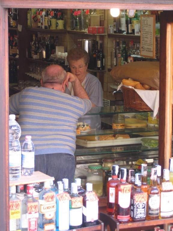 um die Ecke in der kleinen Bar