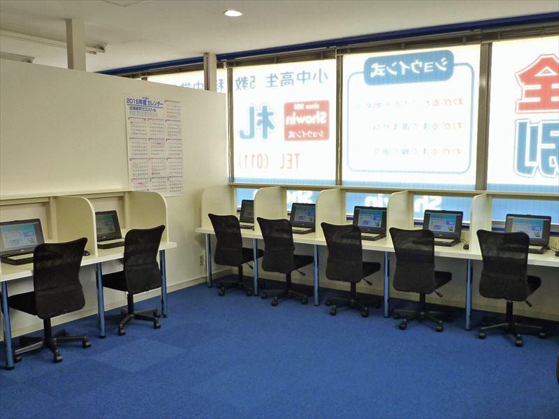 明るい教室で青のカーペットも鮮やかです。