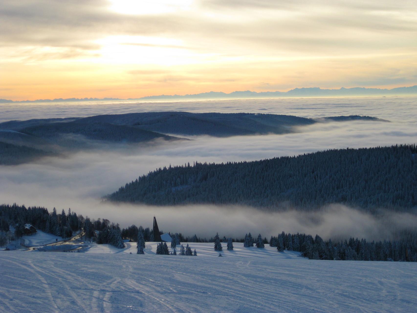 Rheinebene im Nebel, freie Sicht auf die Alpen