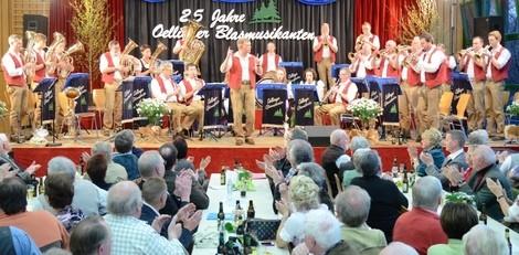 """Die """"Oellinger Blasmusikanten"""" beim Jubiläumskonzert"""