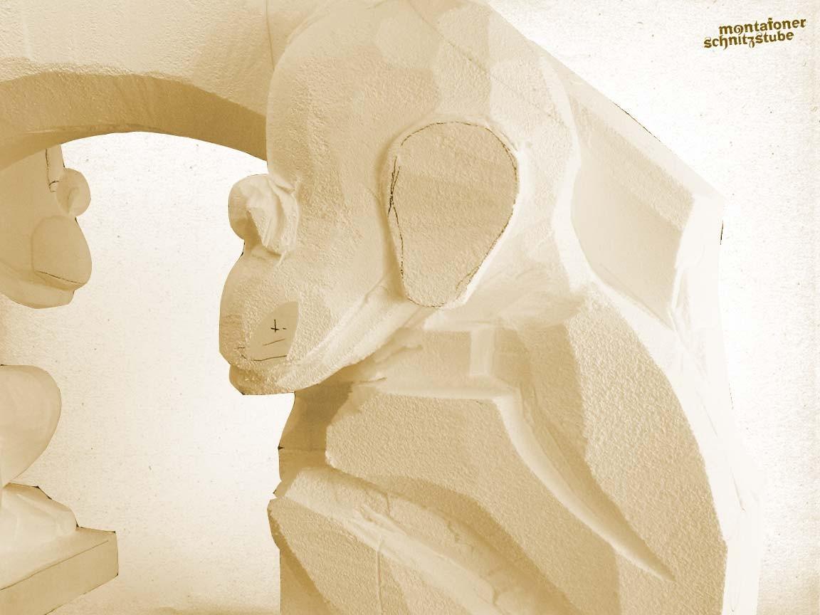 Aus der quaderförmigen Grundform löst der Bildhauer die fertige Form seiner Skulptur.