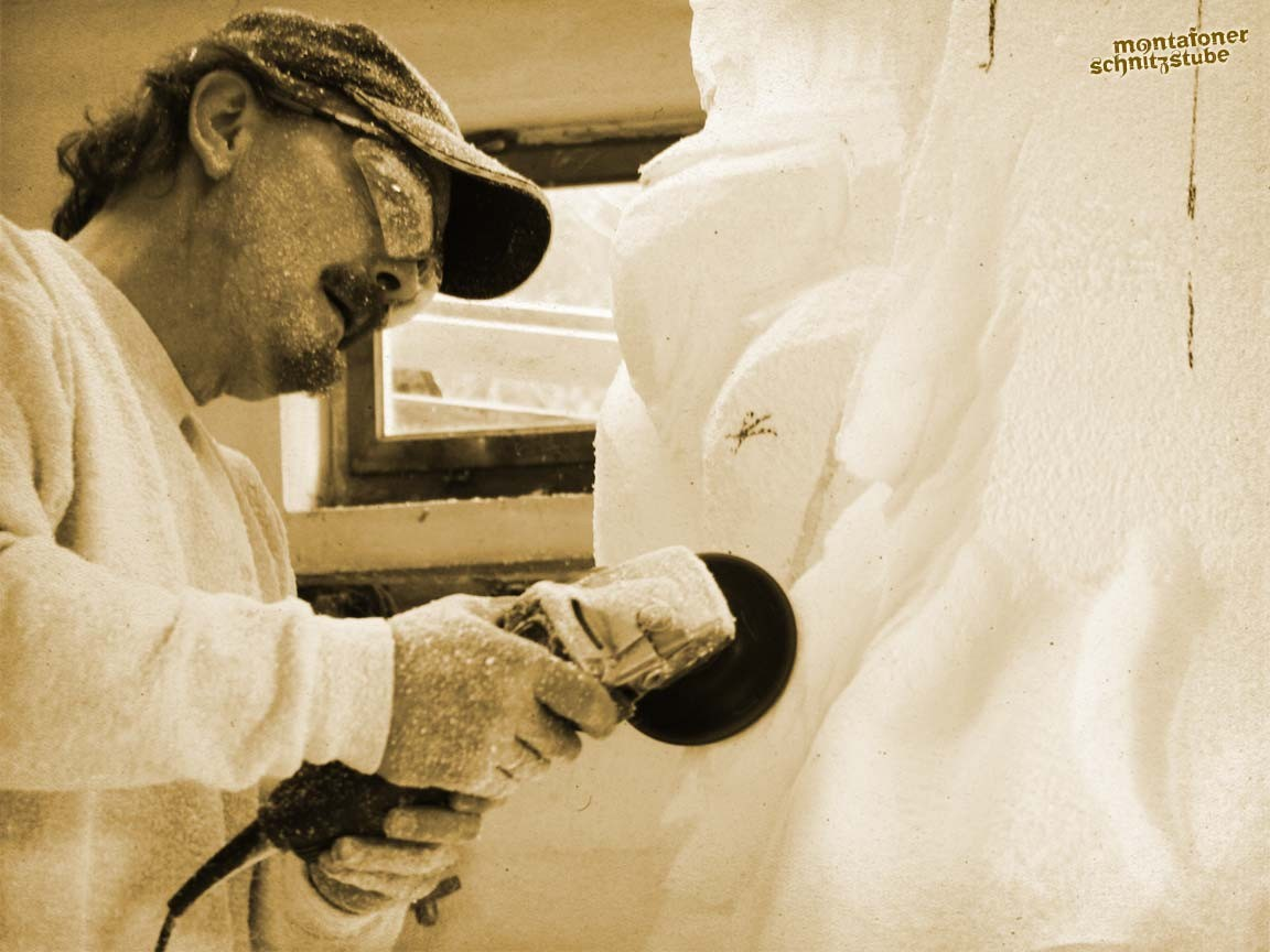 Unterschiedlichste Materialien  und die Größe der zu bearbeitenden Formen und Flächen verlangen dem Bildhauer Flexibilität und Einfallsreichtum bei der Wahl seiner Werkzeuge ab.