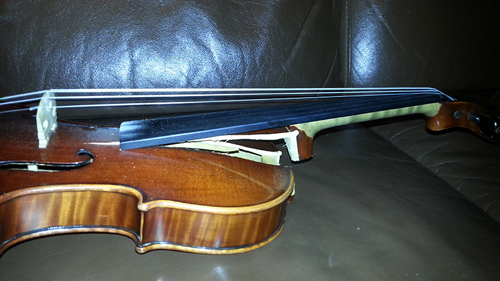 Geige Totalschaden, herausgebrochener Hals, zersplitterte Decke