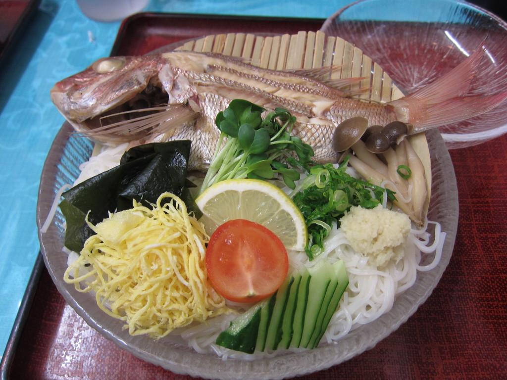 一番時間がかかった『鯛麺』。素麺の上に煮魚がど~ん。うまい