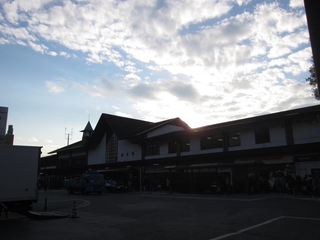 夕暮れ時の「鎌倉駅」。ばったり生徒さんのご家族に出会う。驚き!