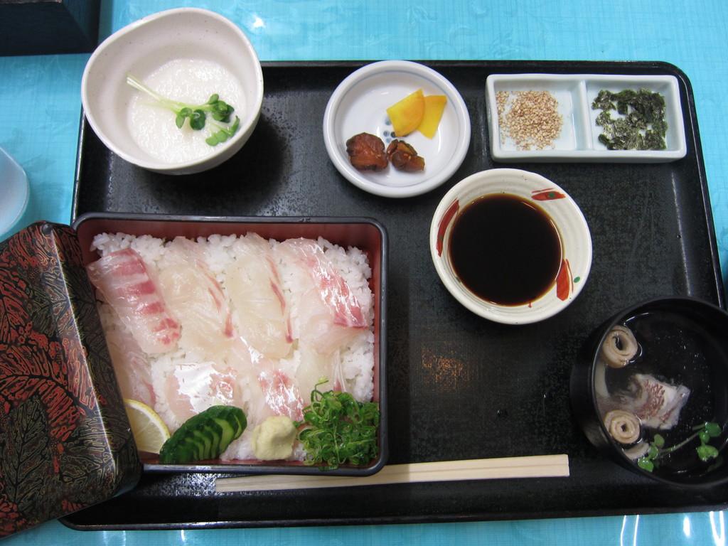 ご当地ランチ『鯛飯定食』。とろろをかけて食す。うまい