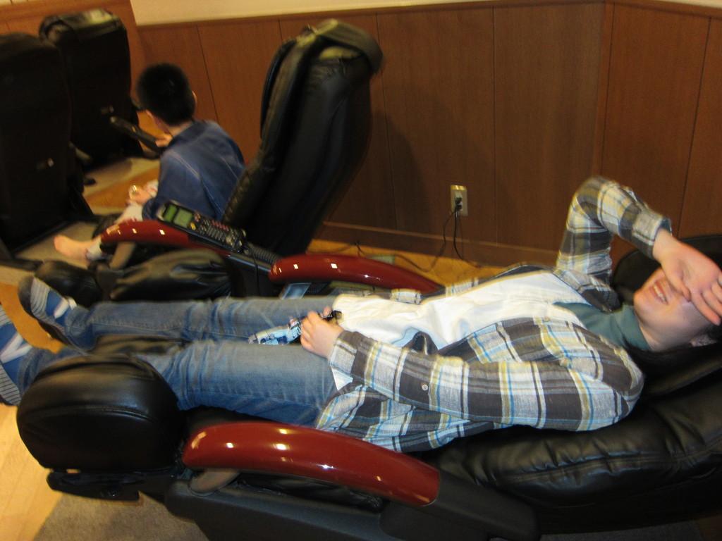 大学受験で疲れた身体をマッサージ椅子でほぐす