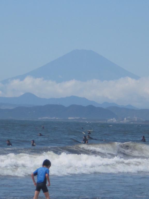 湘南サーファーにまじって本気で海遊び。後ろは富士山。
