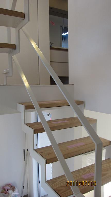 3階への階段はまだ未完成。