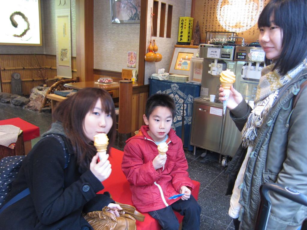間髪いれず食後の『伊予かんソフトクリーム』。うまい