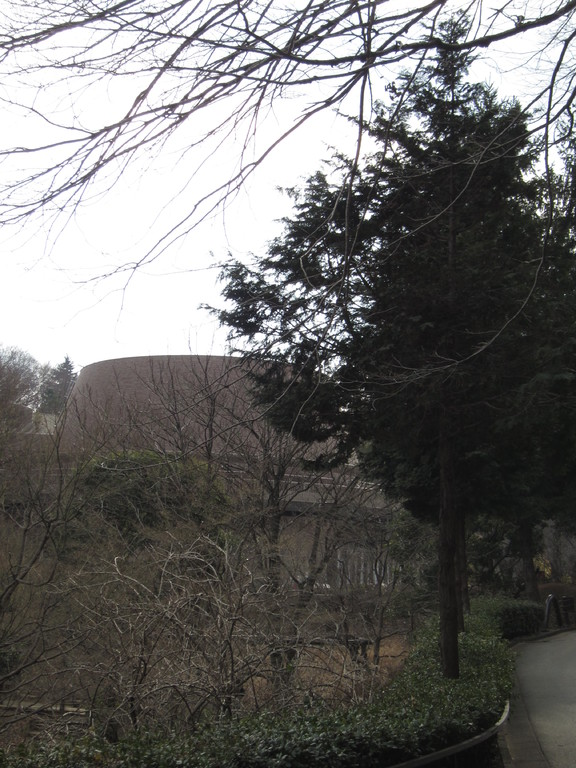 巨大プリン型の青少年科学館。ただいま休園中。