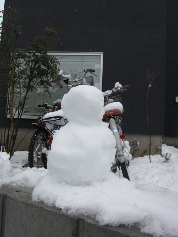 仕上げに雪だるま製作。さあ、これからレッスンだ!