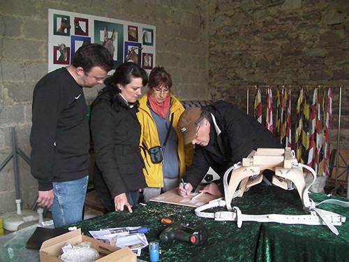 2012: Jacques hilft beim Packsattelzusammenbau für eine Kundin.