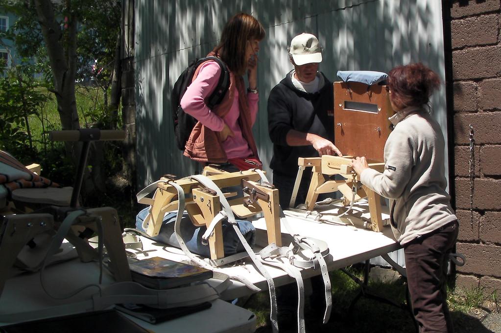 2010: Erläuterung der verschiedenen Packsattelmodelle und dessen Zubehöre - hier der Kindersitz.