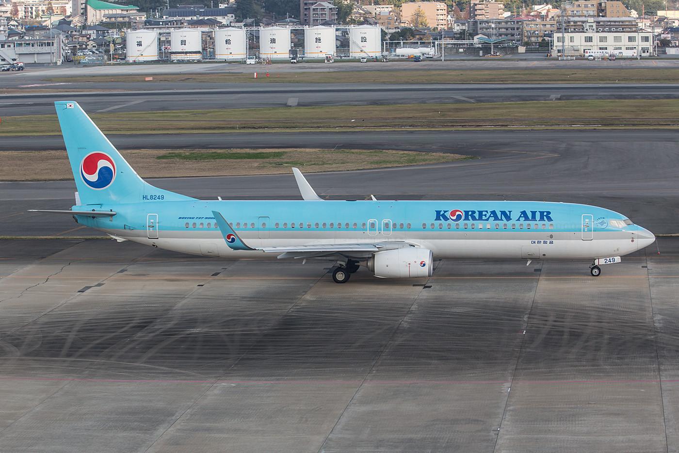 Boeing 737-900 der Korean Airlines, um eine ETOPS-Freigabe zu erhalten mußte hinter der Tragfläche eine zusätzliche Tür eingebaut werden.