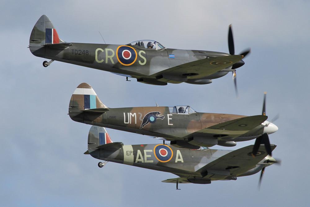 Drei Generationen der Spitfire zusammen.