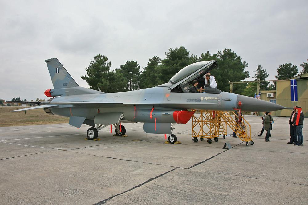 Wer´s neuer mag, findet in Larisa auch was, die F-16.