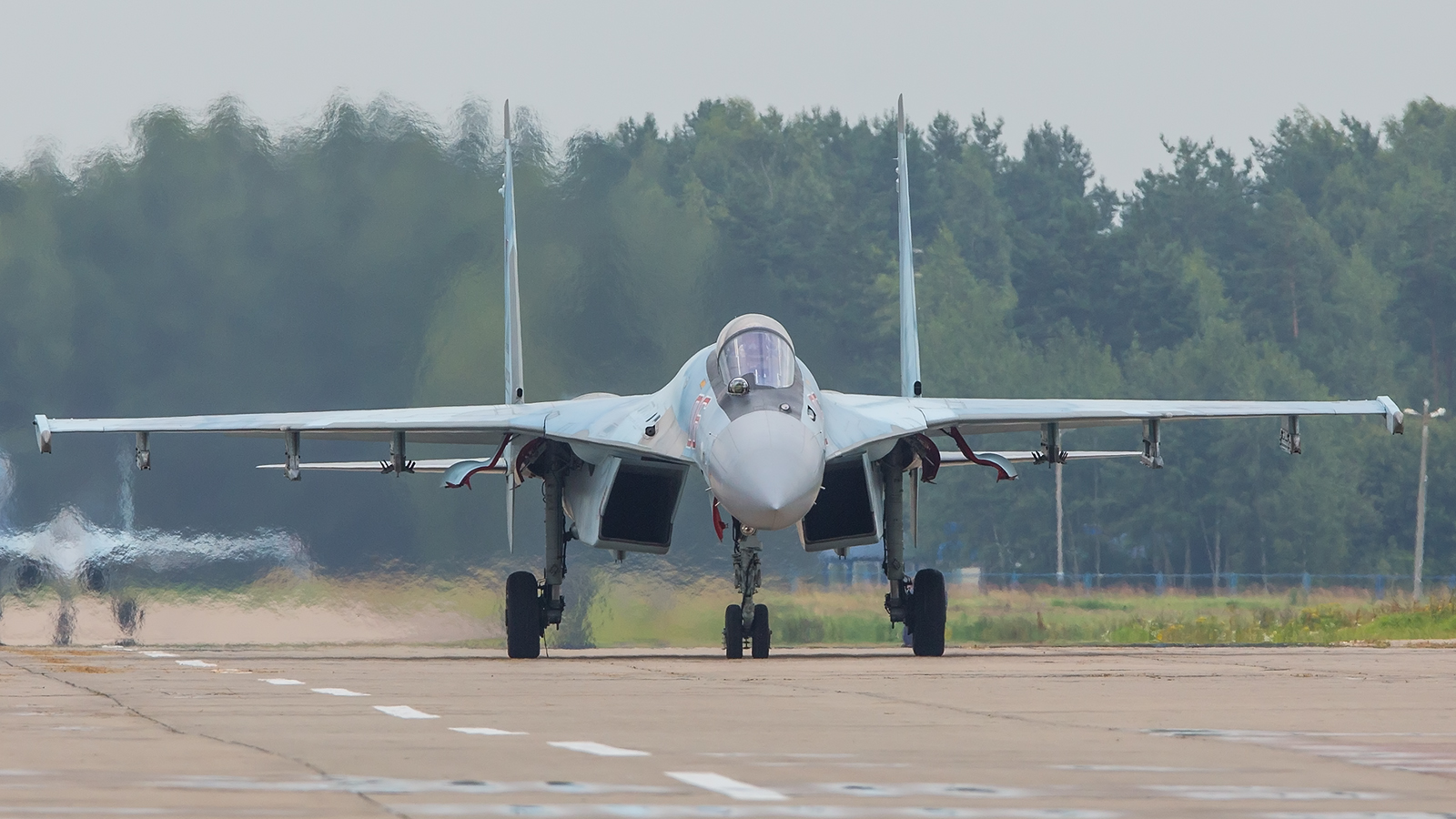 Eine der vier Su-35 auf dem Weg zur Startbahn.