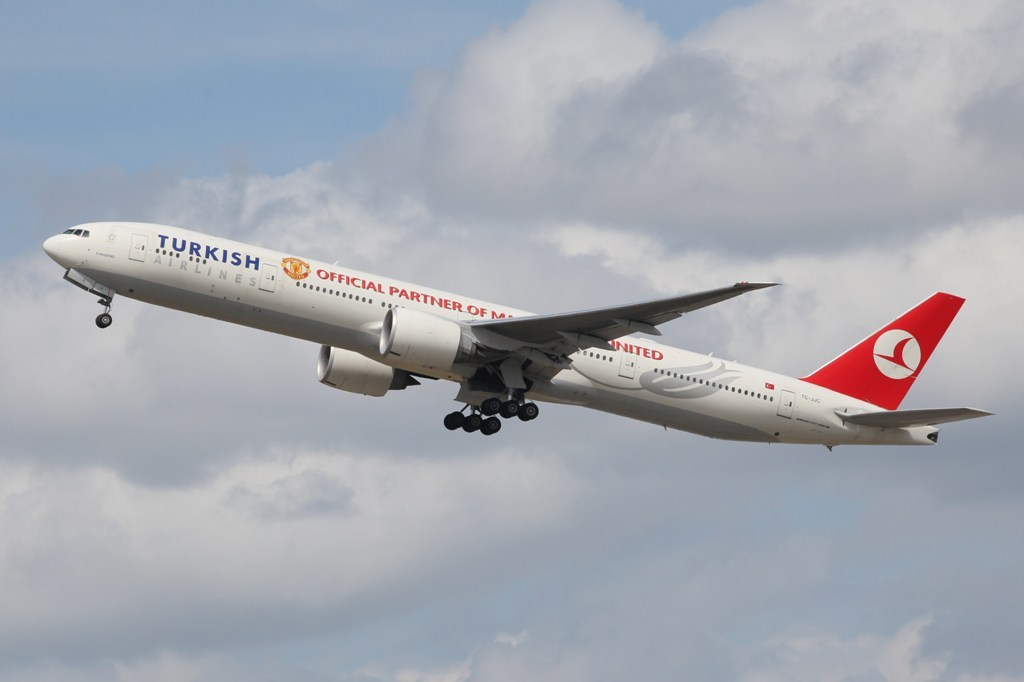 Die Boeing 777-300er der Turkish Airlines mit den Titeln von ManU.
