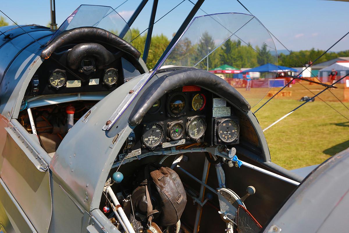 Das Cockpit ist bis auf zwei Instrumente, die ausgetauscht werden mußten noch im originalen Zustand.