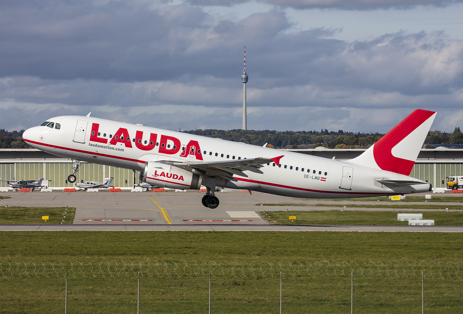 Noch lebt der Name Lauda am Himmel. In Stuttgart hat Laudmotion mehrere Flieger stationiert. Die OE-LMB kam von LATAM Brasil.