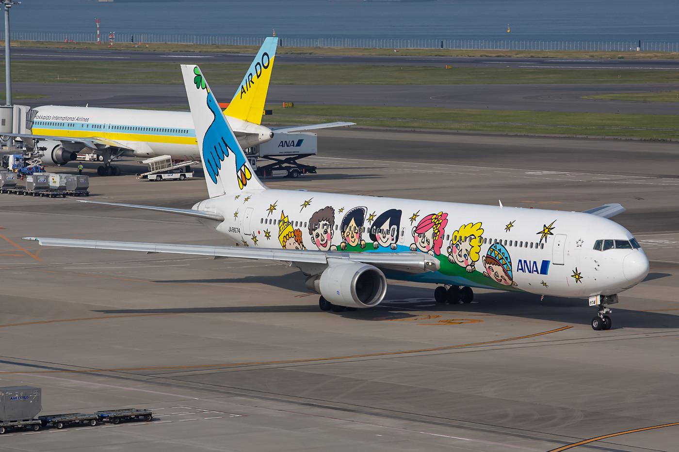 JA8674, Boeing 767-300 der ANA, nachdem ich sie schon 2013 auf dem Erstflug in dieser Lackierung erwischt hatte, gab´s diesmal sogar noch Sonne dazu.
