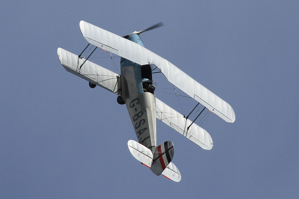 Eine Bücker Bü-131 Jungmann im Kunstflug