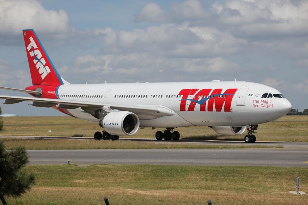TAM aus Brasilien hier mit Airbus A 330-200 hat drei tägliche Kurse nach CDG.