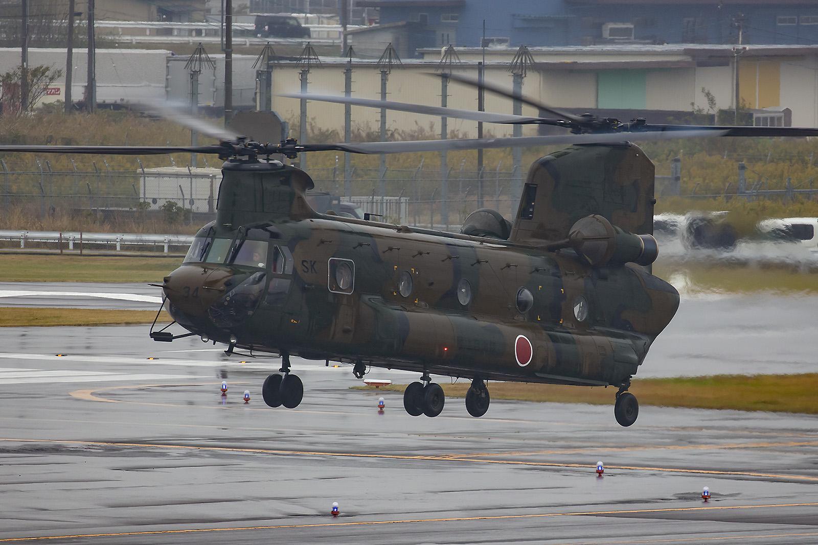 Der schwere Transporthubschrauber Boeing-Vertol CH-47J Chinook.