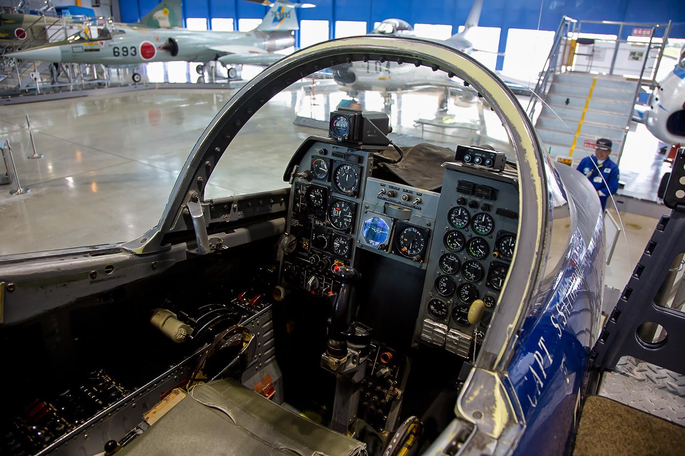 Das Cockpit der T-2, in einige der Exponate darf man hineinklettern.