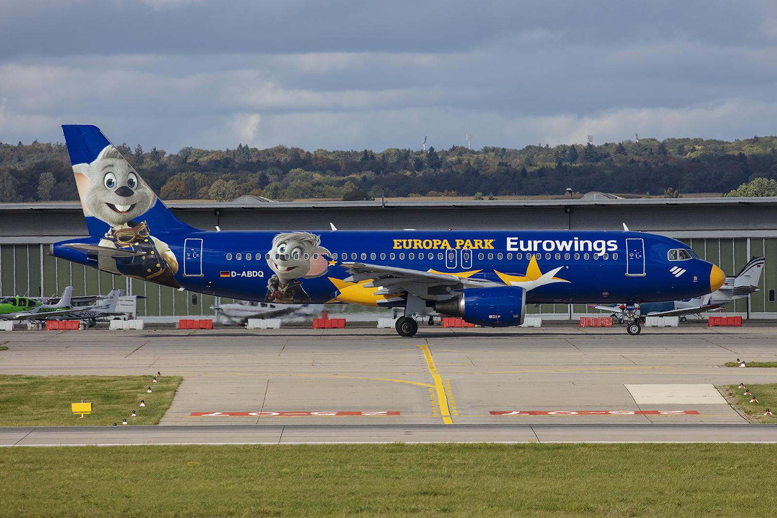 Die D-ABDQ fliegt Werbung für den Europapark in Rust.