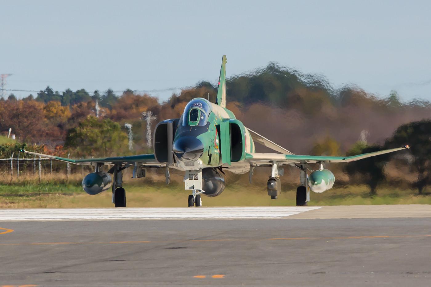 Eine RF-4EJ Kai beim line-up. Das Flimmern in der Mittagshitze ist selbst im Winter nicht zu verhindern.