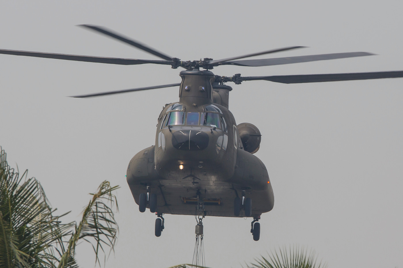 Eine CH-47SD startet zum Training mit einem Feuerlöschbehälter.