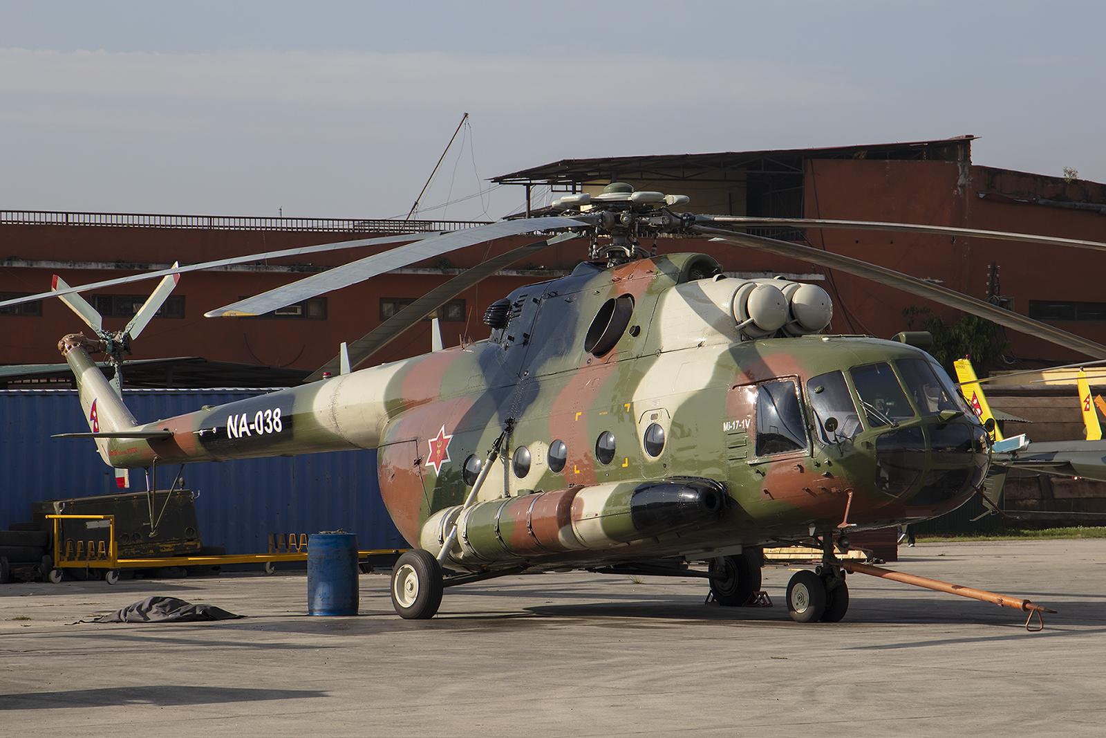 Kathmandu ist auch Militärstützpunkt, hier eine Mil Mi-17
