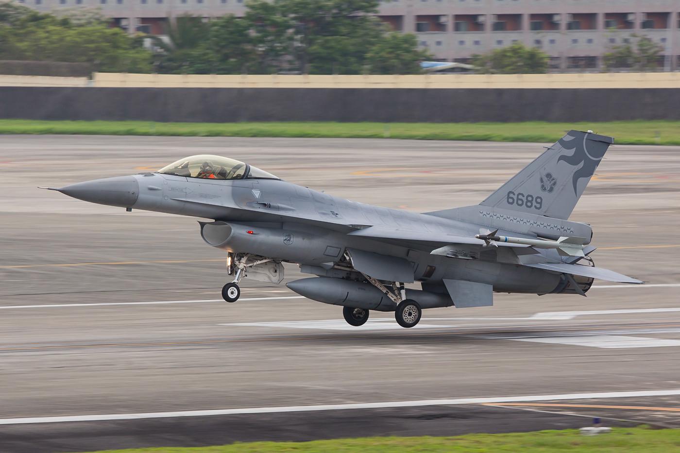 Landung der 6689, einer F-16A der 27th TFW.