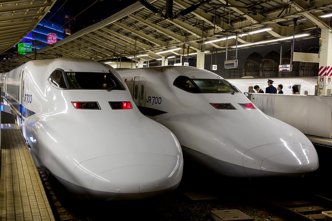 Zwei Züge der Baureihe 700C der JR Central in Tokyo Station.