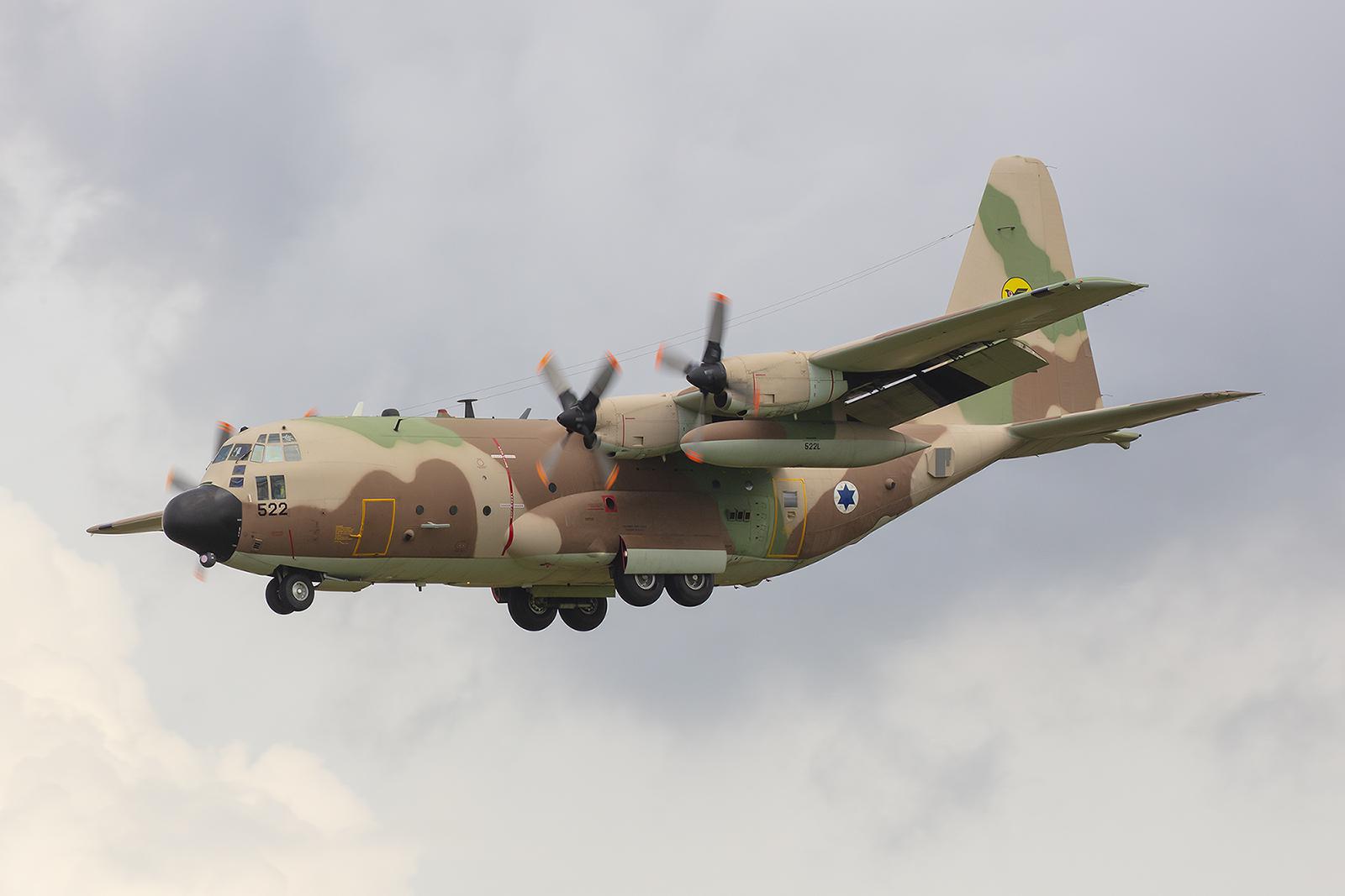 Die erste Landung des Tages, eine C-130H Karnaf