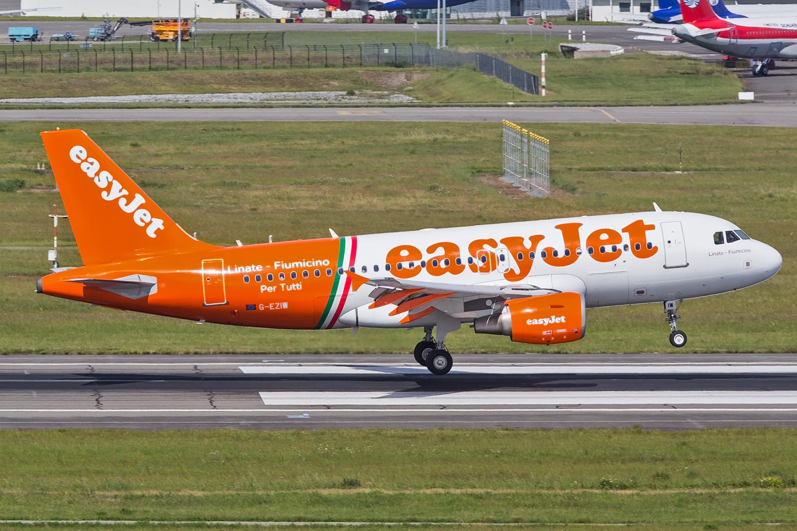 Easyjet auf einem Linienflug mit Werbung ihrer inneritalienischen Verbindung zwischen Rom und Mailand.