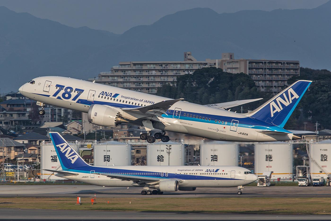 Noch immer ist ANA größter Betreiber des Dreamliner, hier eine Boeing 787-8. Im Hintergrund eine Boeing 767-300.
