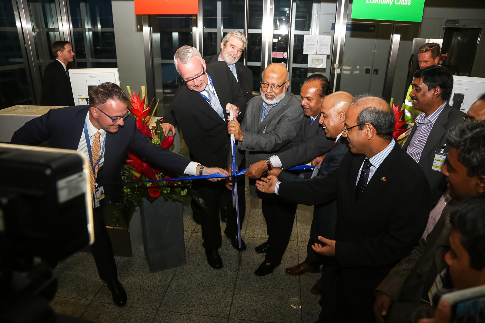Peter Schmitz und Air Marshal Jamal Uddin Ahmed durchtrennen das symbolische blaue Band zur offiziellen Eröffnung.