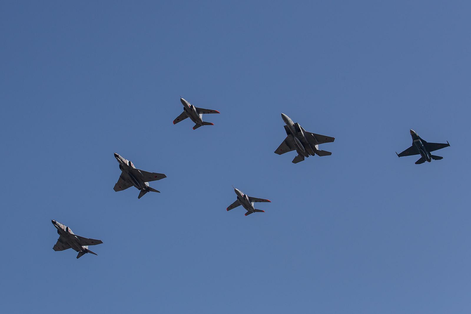 Typisch für die Air Show in Gifu sind die Formationen aus verschiedenen Flugzuegtypen.