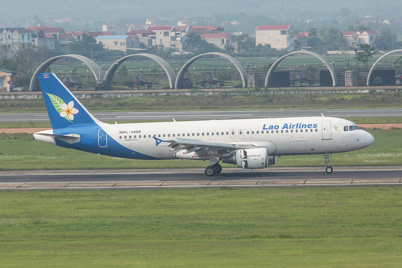 Lao Airlines aus dem Nachbarland im Westen.