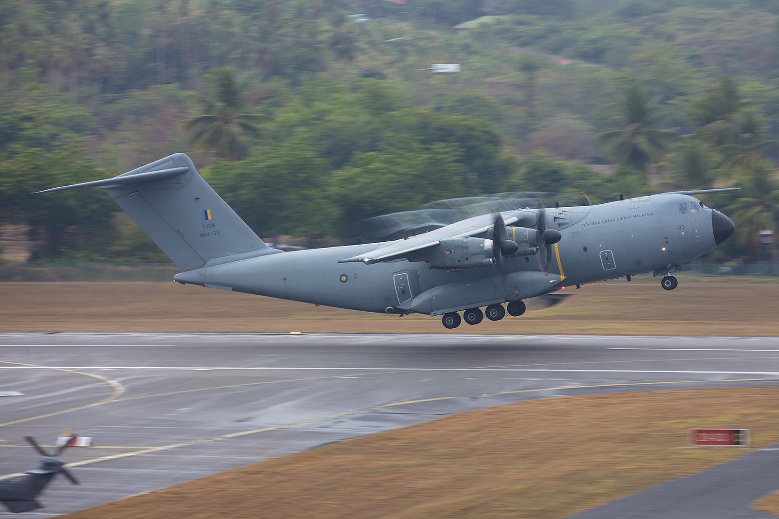 Ein Airbus A400m fliegt zurück nach Kuala Lumpur.