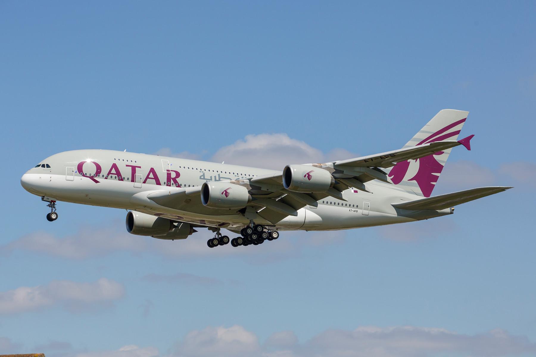 Qatar Airways fliegt neben der A 319 mit voller Business Class Bestuhlung ebenfalls mit einer A 380 am Tag nach London.