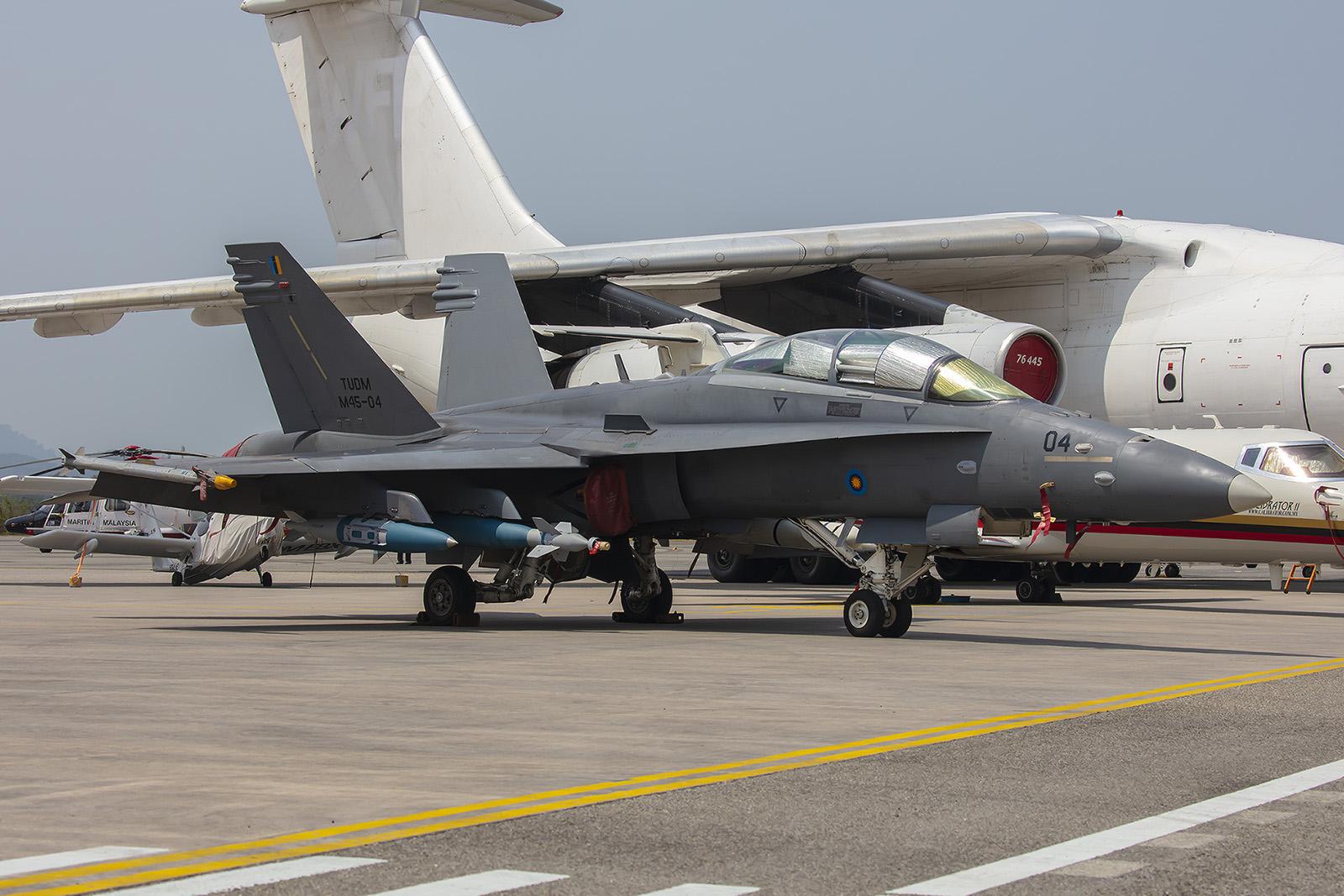 F/A-18 voll beladen.
