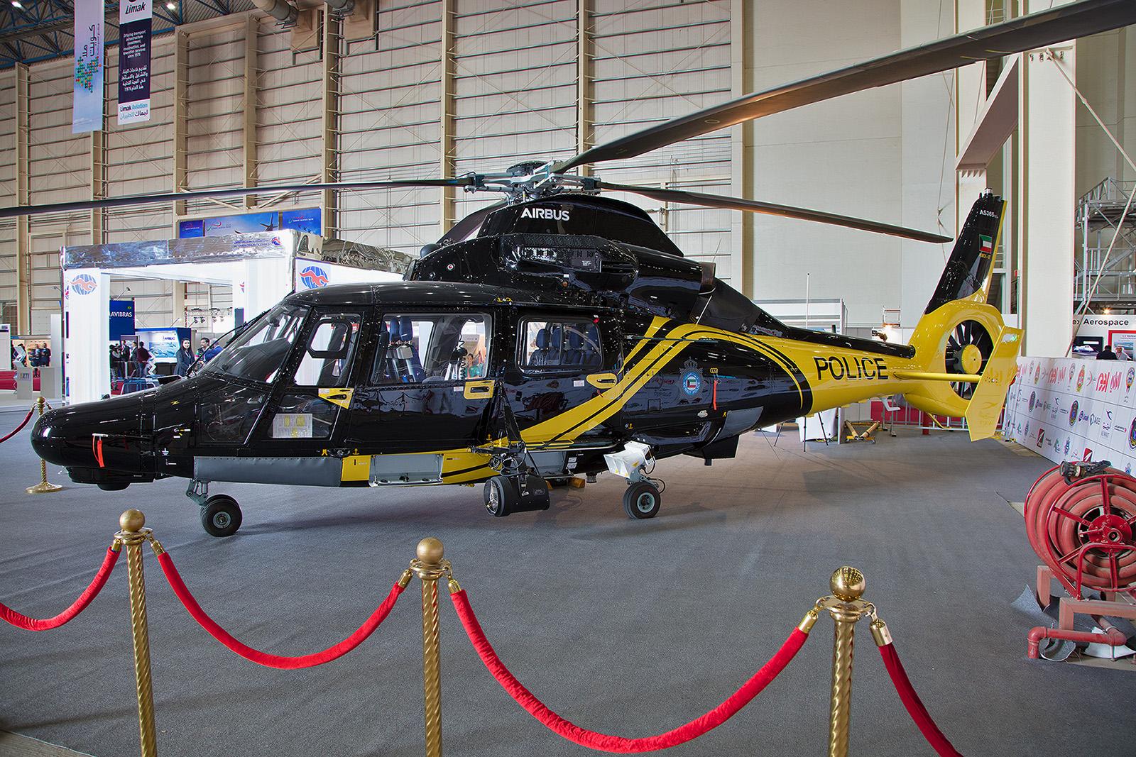 Eine AS365 der Kuwait Police im Hangar.
