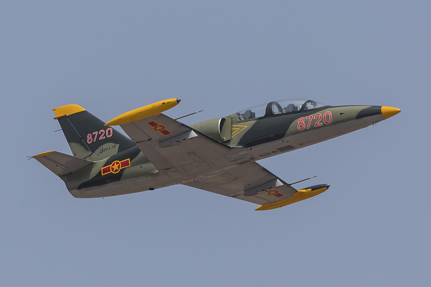 Da die L-39 nicht über ein besonders starkes Triebwerk verfügt, steigt sie nicht steil.