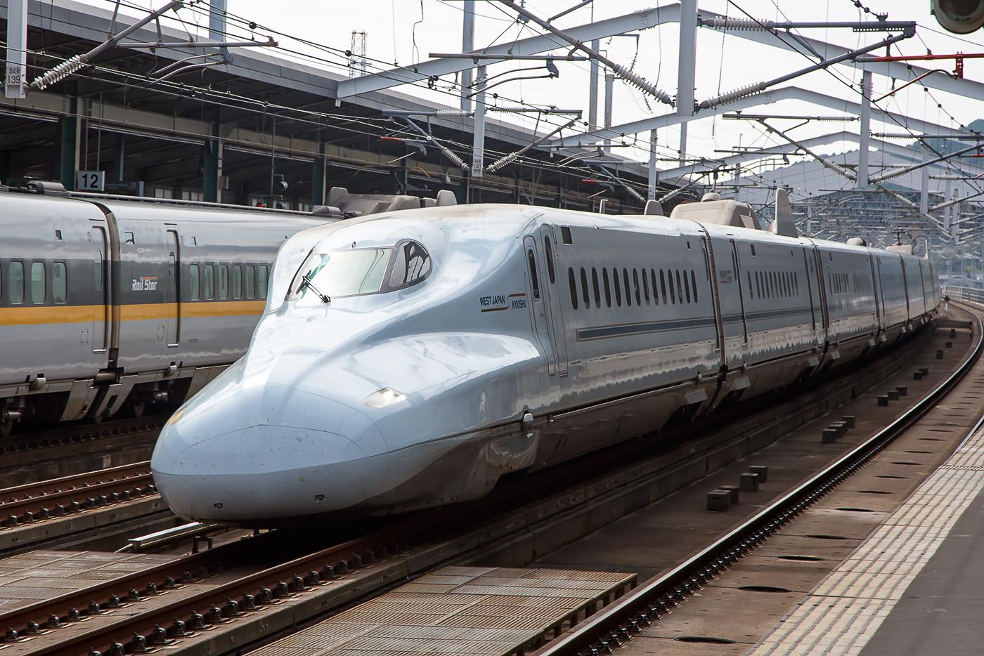"""Baureihe N700 der JR West-Kyushu in Shin-Yamaguchi als """"Nozomi""""."""